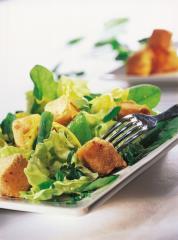 salat mit gebackenen würfeln und löwenzahn