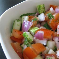 salat mit gurke tomate und minze