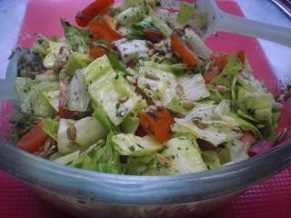 salat mit sonnenblumenkernen und bärlauchdressing