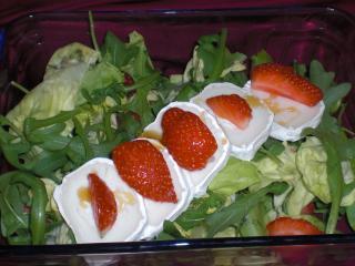 salat mit ziegenkäse und erdbeeren