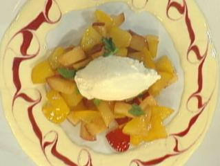 salat von pflaumen mit vanilleöl an limonenschaum