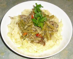 scharfes fleisch mit grünen bohnen auf pasta