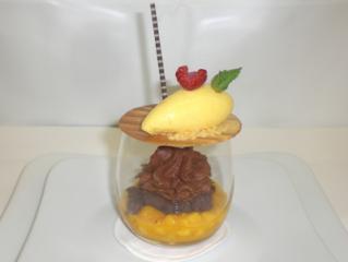 schaum von der guanaja schokolade auf pattaya mango mit passionsfruchtsorbet