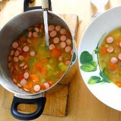 schnelle gemüsesuppe mit frankfurter würstchen