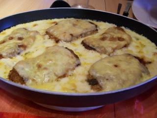schnitzel auf gemüsesauce mit käse überbacken