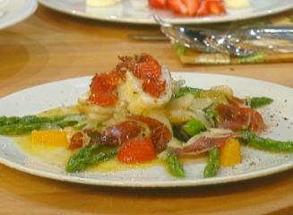 seeteufel an salat von grünem spargel mit tomaten confit
