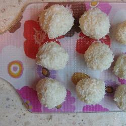selbst gemachte kokoskugeln mit haselnüssen