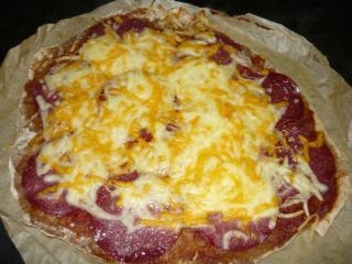 selbstgemachte salami pizza