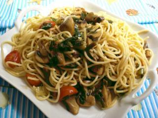 spaghetti con pomodori funghi et rucola spaghetti mit tomaten pilzen und rucola