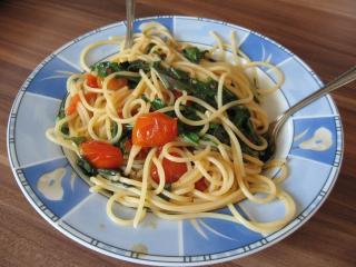 spaghetti mit rucola und frischen tomaten