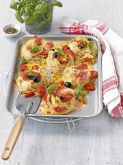 spaghetti pizza mit schwarzen oliven