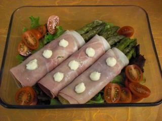 spargel schinken röllchen auf salat