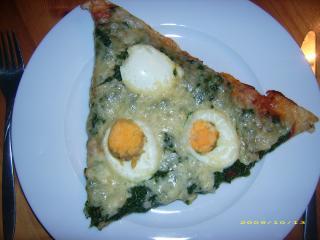 spinat pizza mit gekochtem ei