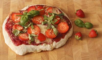 süße erdbeer pizza mit basilikum
