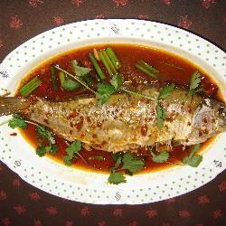 süßwasserfisch mit chilisauce auf chinesische art