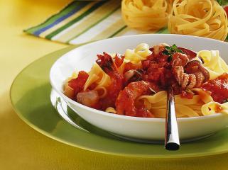 tagliatelle mit tomaten tintenfisch sauce