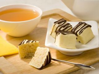 teekuchen würfel mit weißem jasmintee