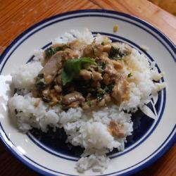 thai hähnchen mit kokos und basilikum