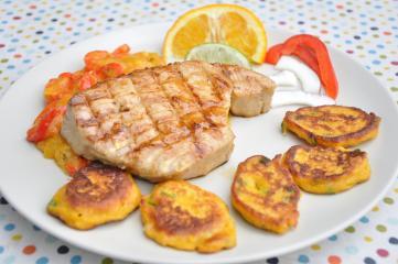 thunfischsteak mit süßkartoffel talern und karibik fruchtsauce