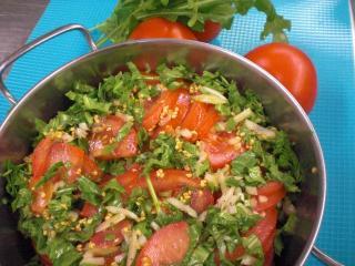 tomaten kräuter salat mit zwiebeldressing