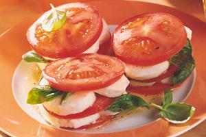 tomaten mozzarella salat in honig marinade