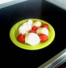 vanilleeis selbstgemacht mit erdbeeren und schlagsahne