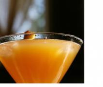 variation von sekt cocktail mit pfirsich und nekta
