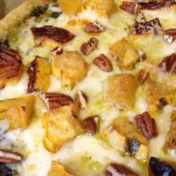 vegetarische pizza mit pesto und kürbis