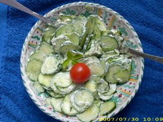 vespergurken salat mit crème fraîche und dill