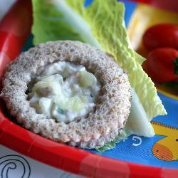 vollkornbrötchen mit geflügelsalat und melone
