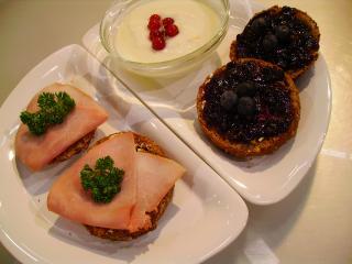 vollkornbrötchen mit konfitüre und schinken sowie fruchtjoghurt und orangensaft