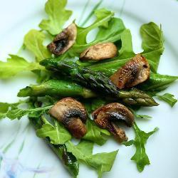 warmer rucola salat mit pilzen und spargel