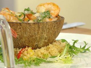 warmer salat vom grillierten tintenfisch und garnelen auf couscoussalat