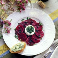 warmer ziegenkäse auf rote bete salat