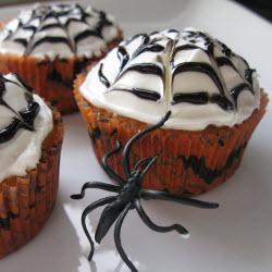 weiße schokolade cupcakes mit halloween deko