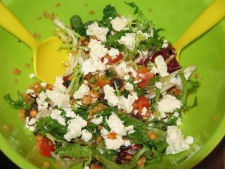 winter linsensalat mit tomaten und schafskäse