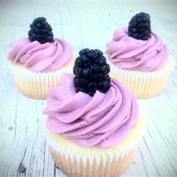 zitronencupcakes mit brombeer buttercreme