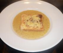 zwiebel suppe mit toastbrot
